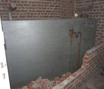 Citerne derrière mur de brique